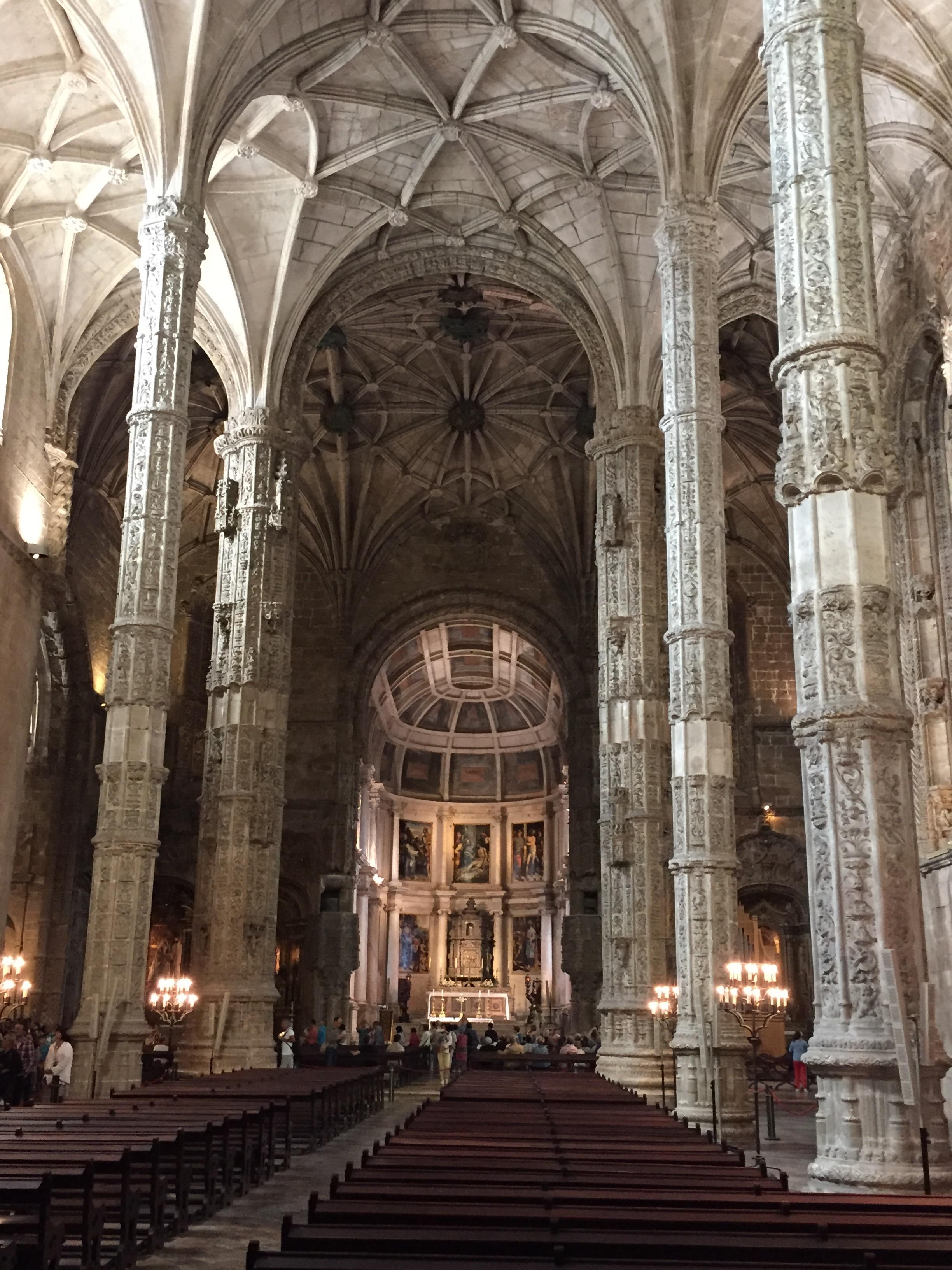 Vista do interior da Catedral que mantém o estilo Manuelino misturado ao Barroco.