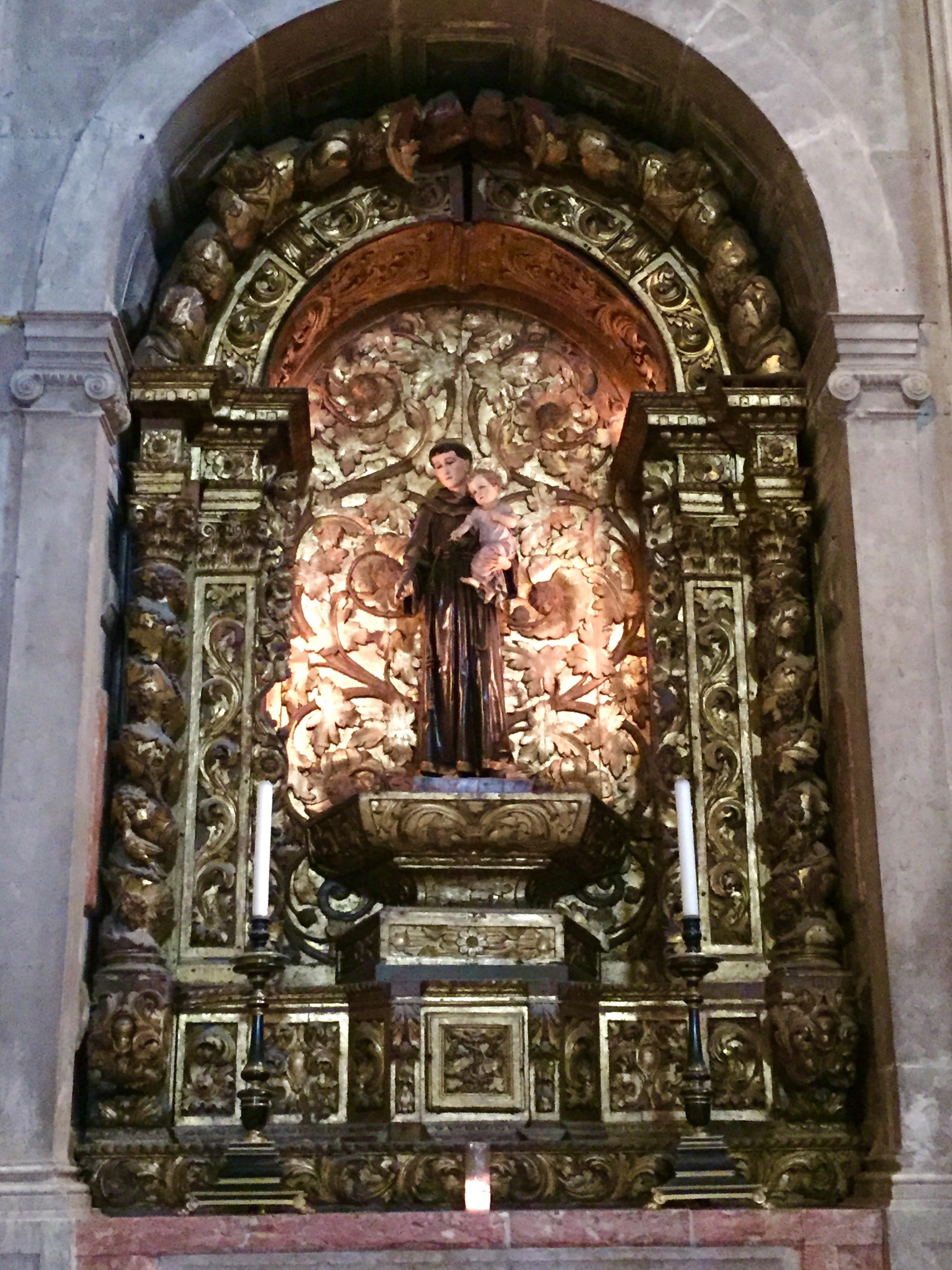 Imagem de Santo Antonio de Lisboa, dentro da Catedral dos Jerônimos.