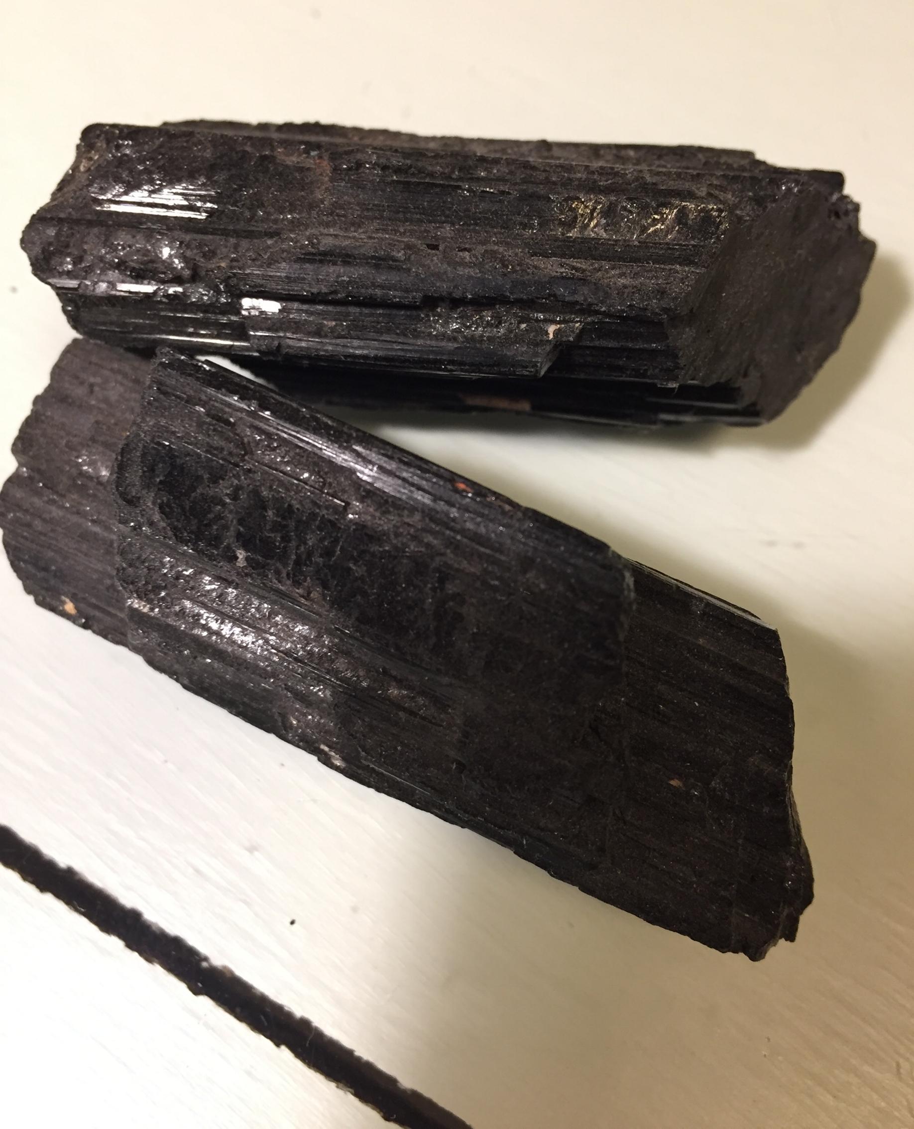 Turmalina preta bruta, para limpar a energia eletromagnética produzida por aparelhos eletrônicos.