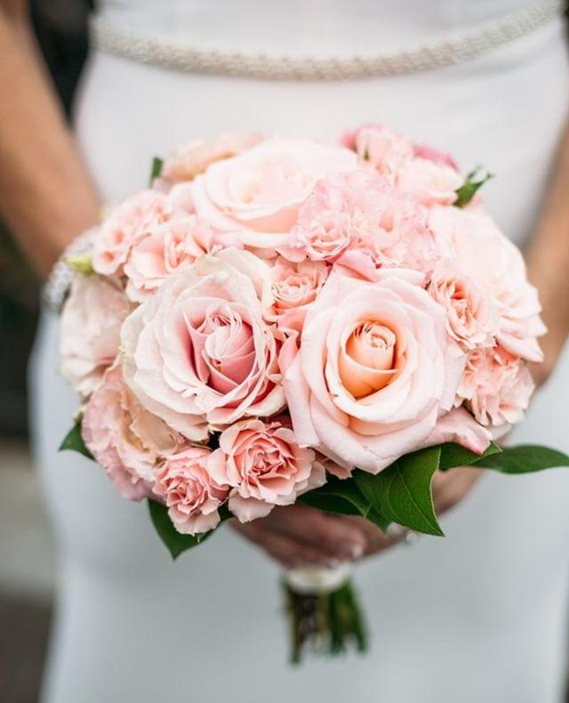 💐Pretty in pink 😍⠀ Flowers by @artsyfloranyc ⠀ Wedding planning: @acentralparkwedding⠀ ⠀ #weddingbouquet #springwedding #elopeinny #nyweddingphotographer #fotovolidaweddingphotography #pinkbouquet