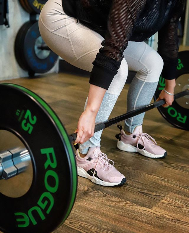 Training #strong on a Tuesday. Remember to listen to your trainers and use the correct form when lifting to prevent injury and to make sure you activate the right muscles 🏋🏼‍♀️