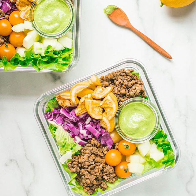 It's Sunday and we've been packing our healthy lunches with @thevegansix  if we fuel our body with the right nutrients and food, we can see results from our tough workouts that we love during the week 🥰