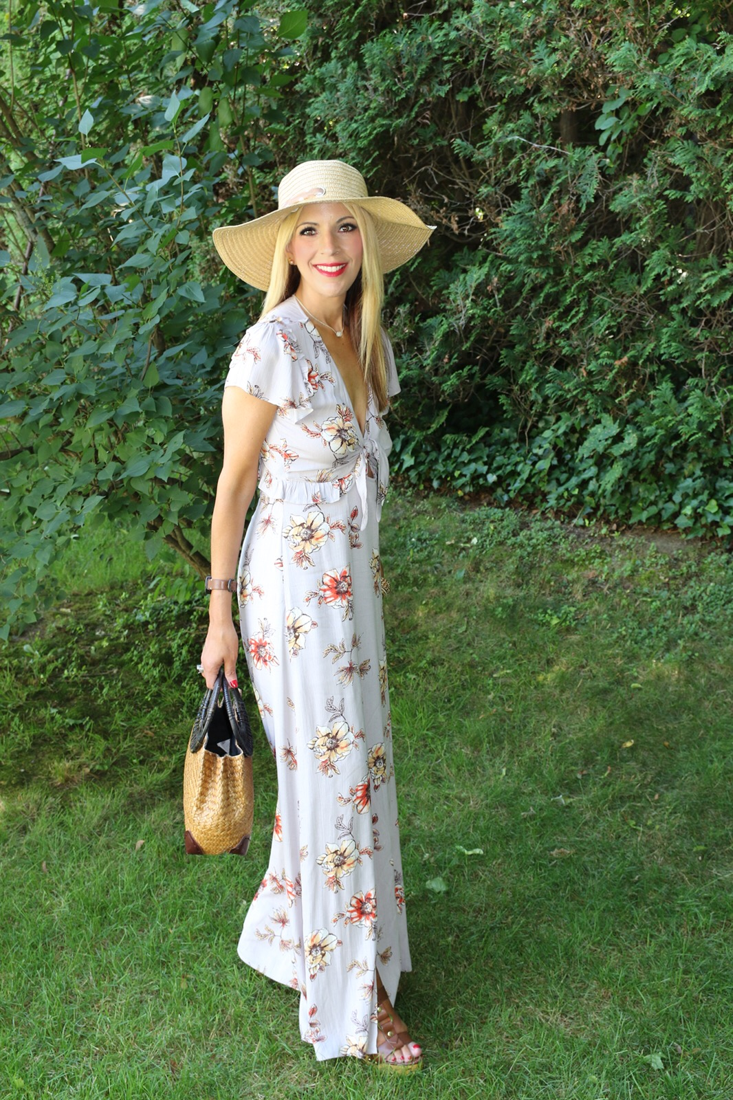 My bag is from  Lilia's   Beauty   Bag  and you can find a detailed description on  this   post  from last summer. It was one of my favorite bags last year and I find myself constantly using again this summer.