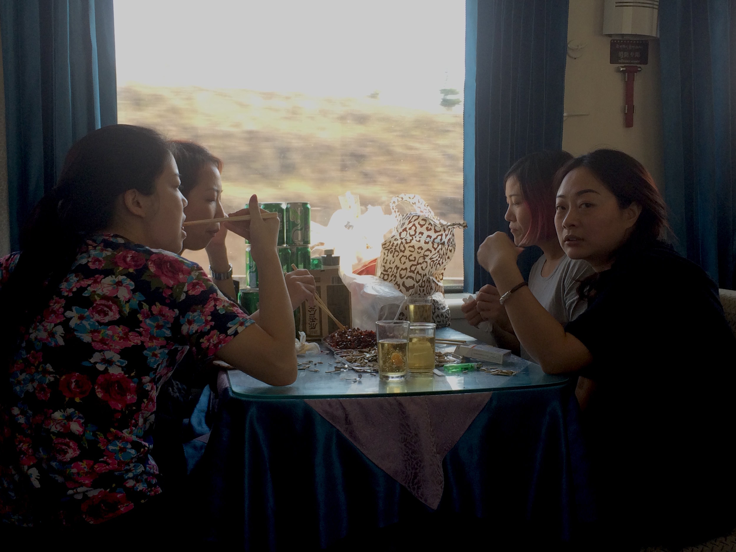 列车内的餐厅。你若喜欢,三五好友来剥瓜子喝啤酒吧。前提是,你不怕高反提早来袭的话。