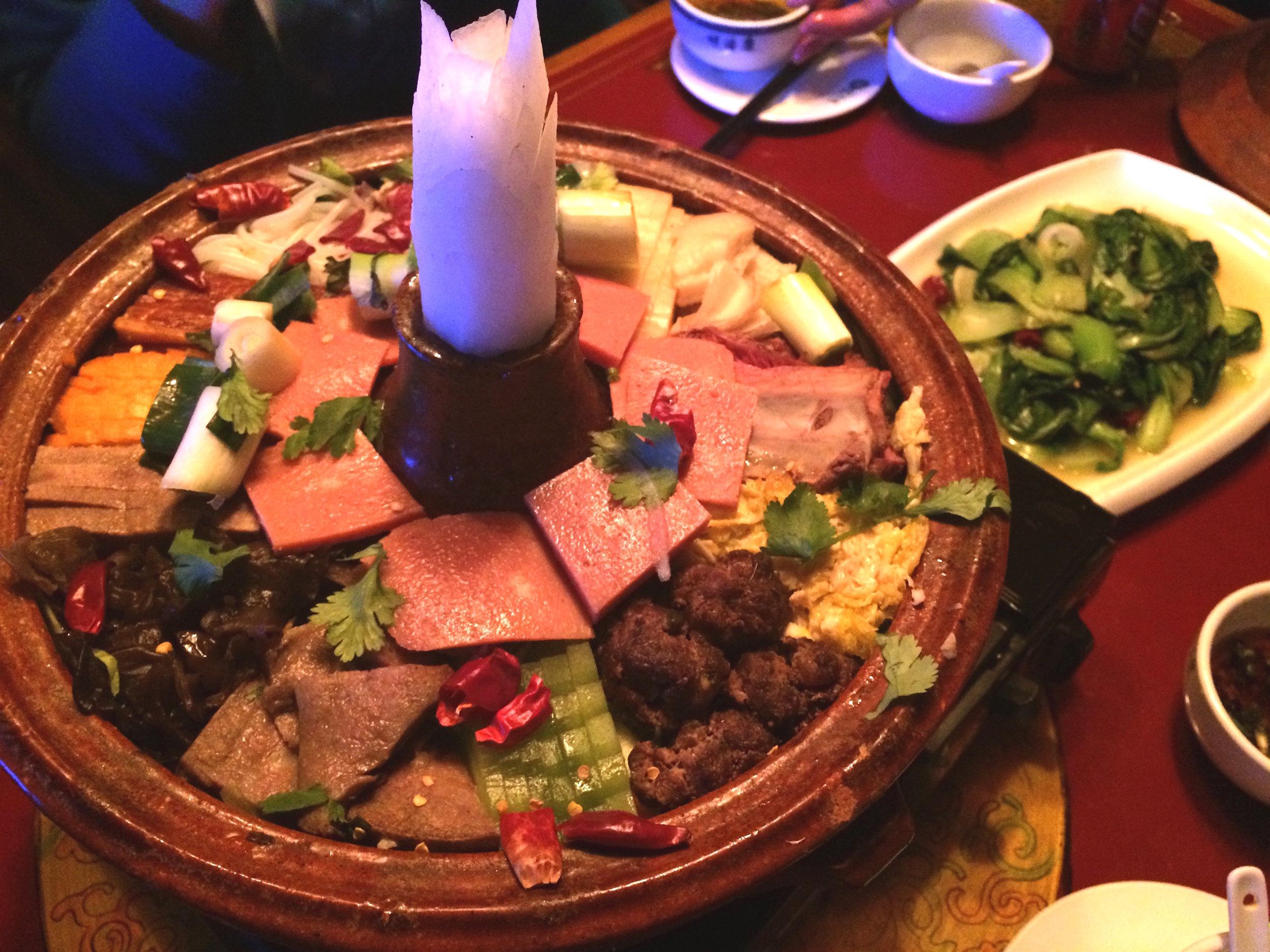 日喀则-牦牛土火锅 I 牛舌、牛肝、牛什…那晚我多是在吃牛肉片和青菜