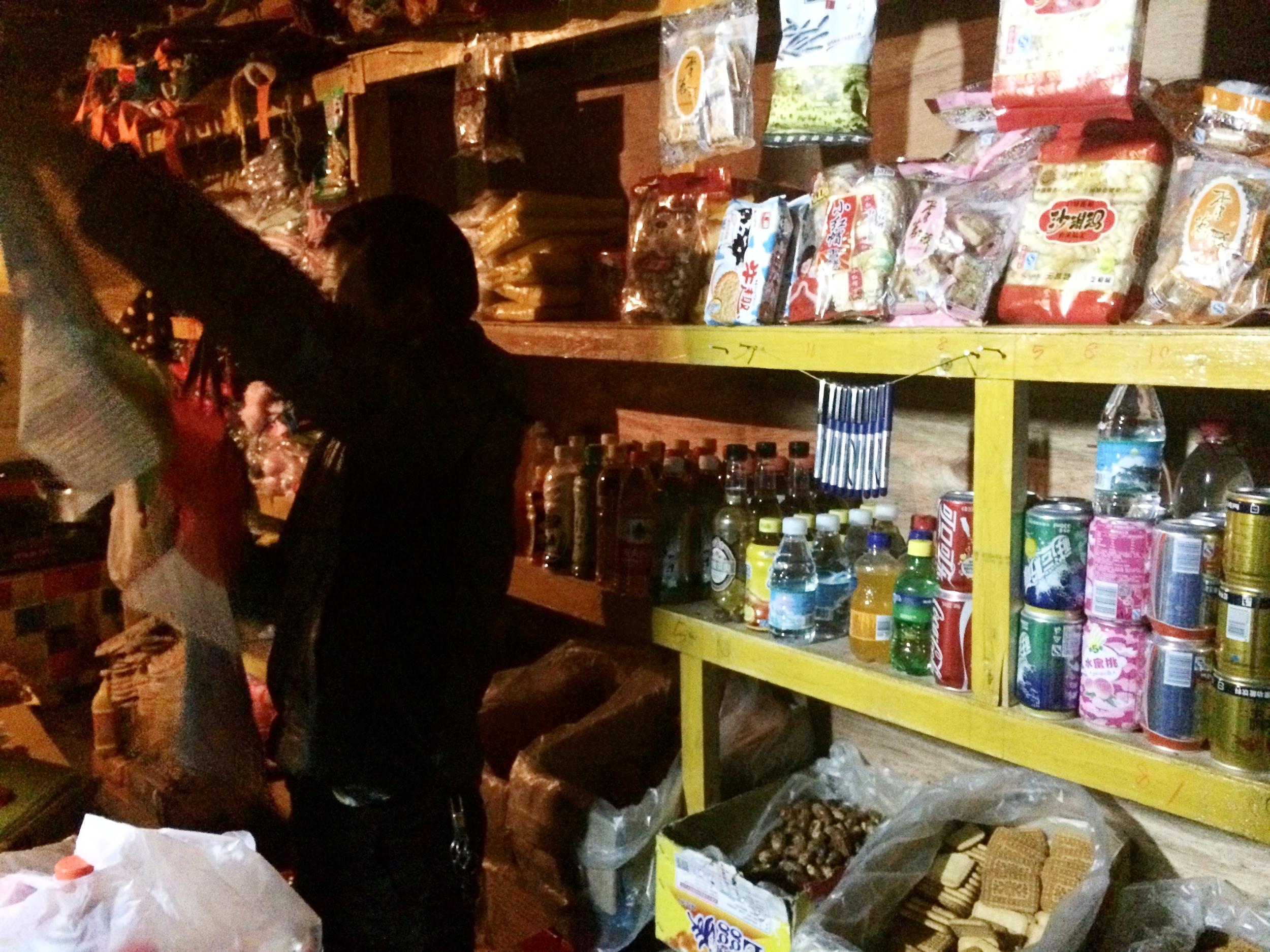 定日 I 往珠峰大本营前,停留在定日住一晚。到街上的杂货店补货,泡面尤其重要