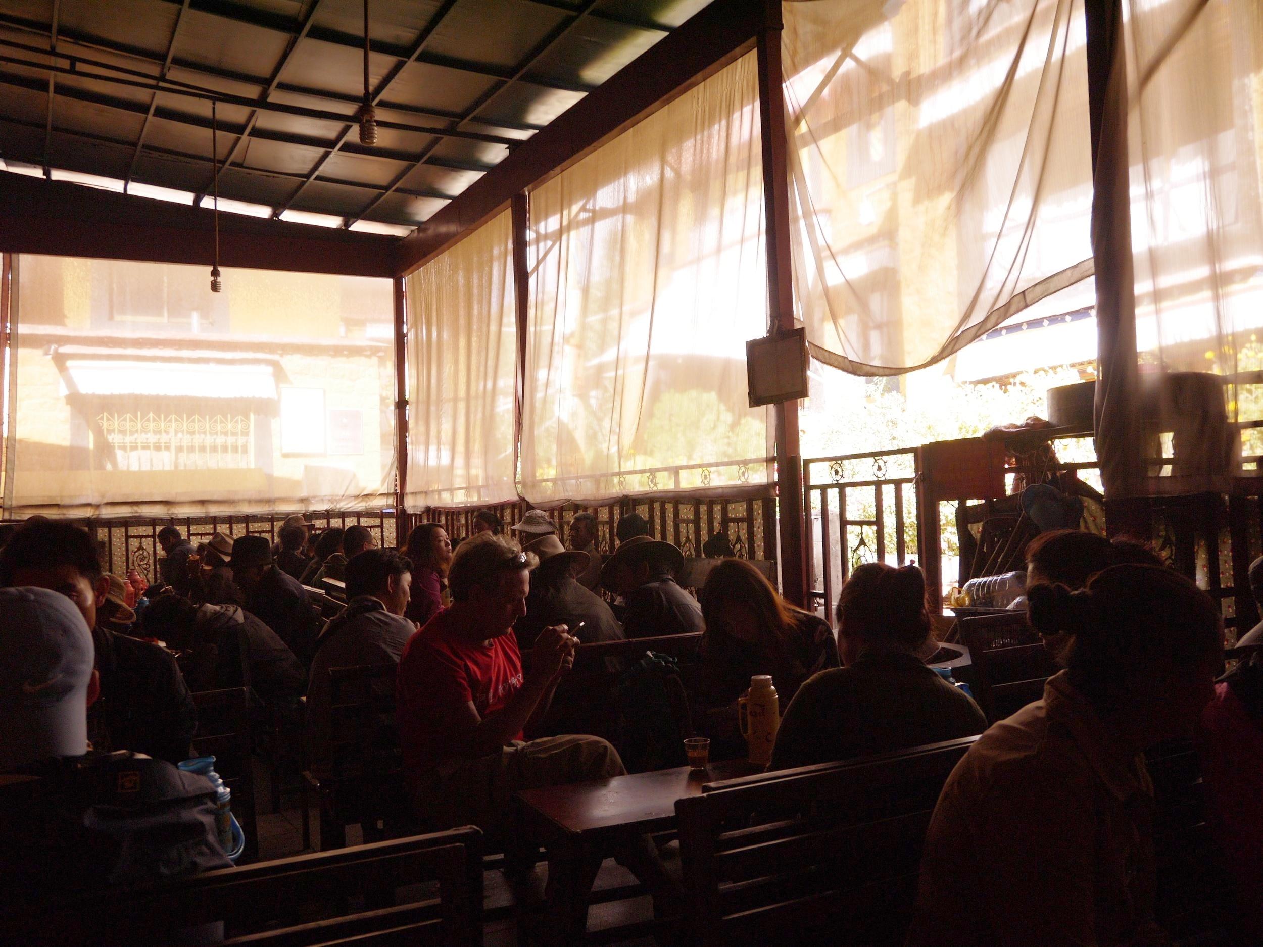 仓姑寺茶馆 I 馆内不止有旅客,也有很多藏人光顾,尤其是老人