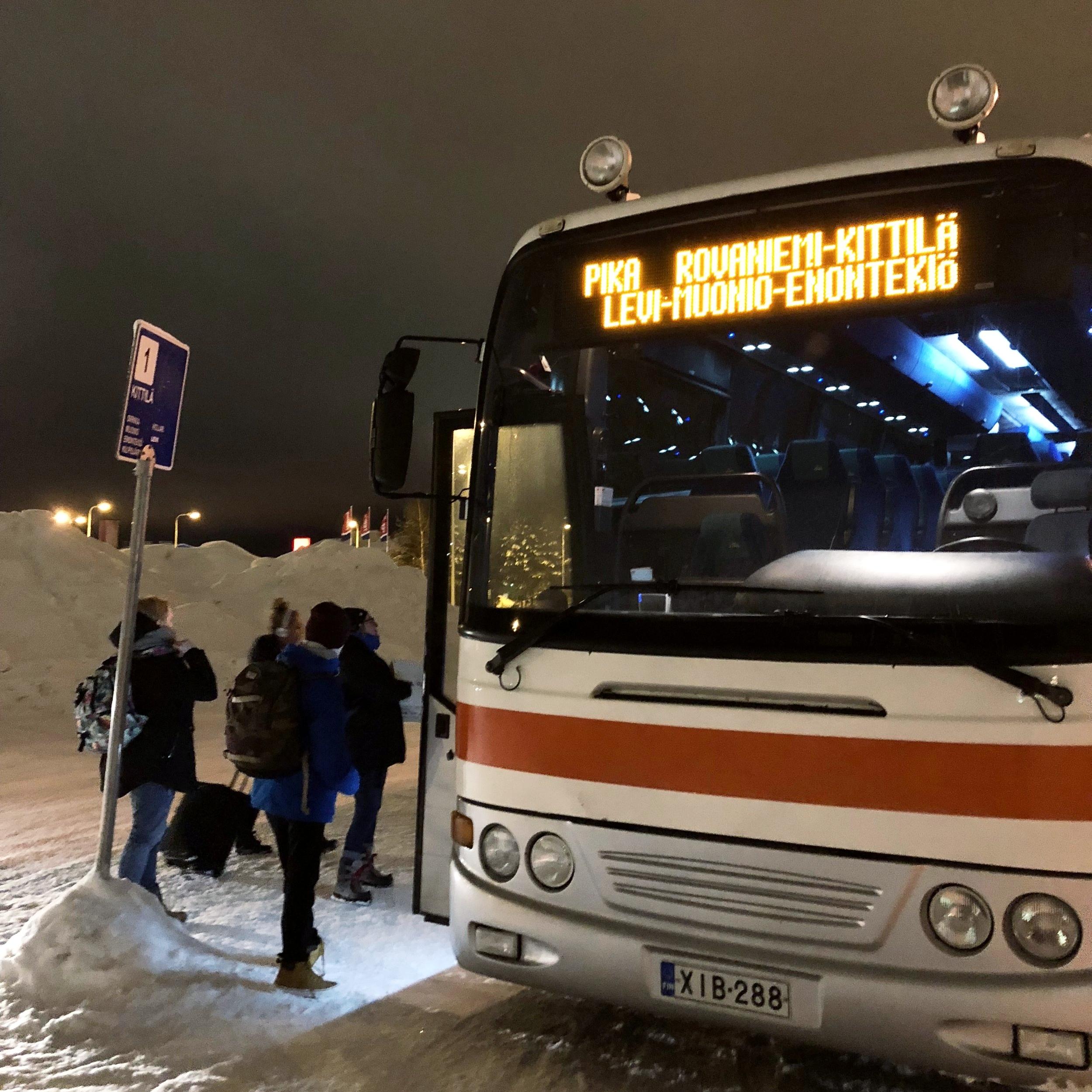 在 Rovaniemi 车站乘搭前往 Kaukonen 车站班车--Kaokonen 不是一个终点站,而是长途巴士途径的一个路边小站。不过当你上车购买车票时,表明你的目的地,然后在路上时刻留意时间(巴士网站会有全程车站和抵达时间的列表,准时度达 99%)如果你想一再确定不过站,可以在购买车票时请司机接近到站时提醒你一声。
