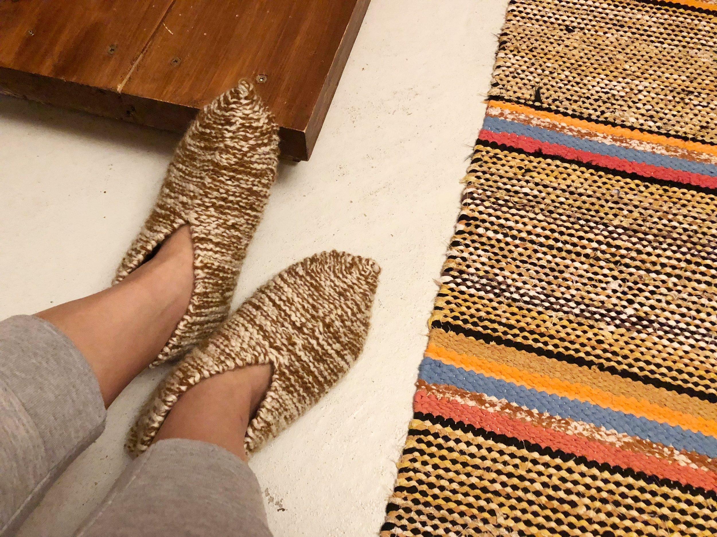 一进门,就会有一双手制的拖鞋给你暖脚... 超喜欢这贴心的举动!