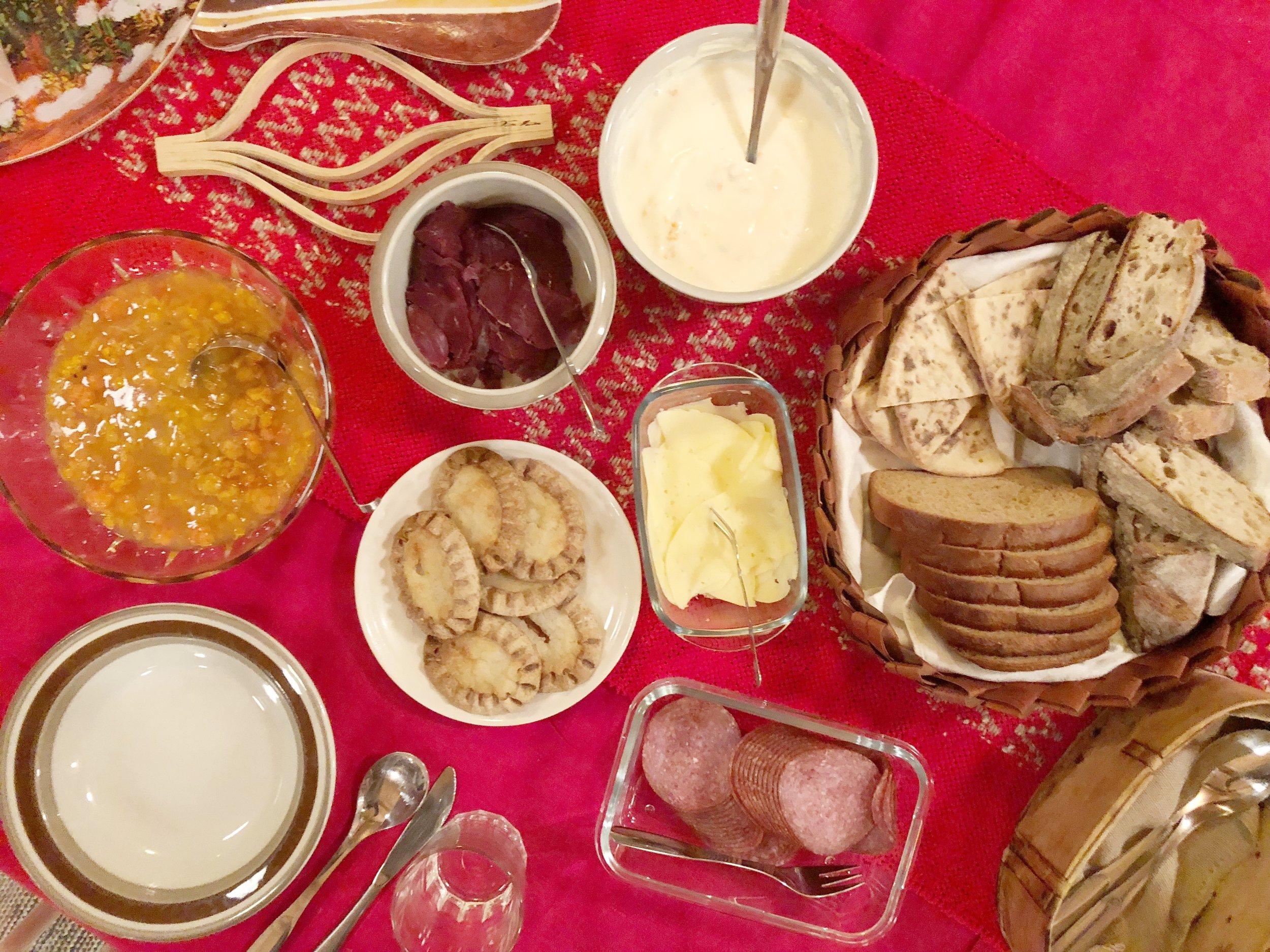 """之前已经在 Rovaniemi 的酒店早餐吃过闻名已久的 Karelian Pasty,咬感像我们的""""咸煎饼"""",外酥,内馅是糯米,但没有咸煎饼那么咸香,而是西式烘焙的味道。同样是说不出的滋味~过后回到 Rovaniemi 我都一直在超市找这食物,用作自备早餐的食材。"""