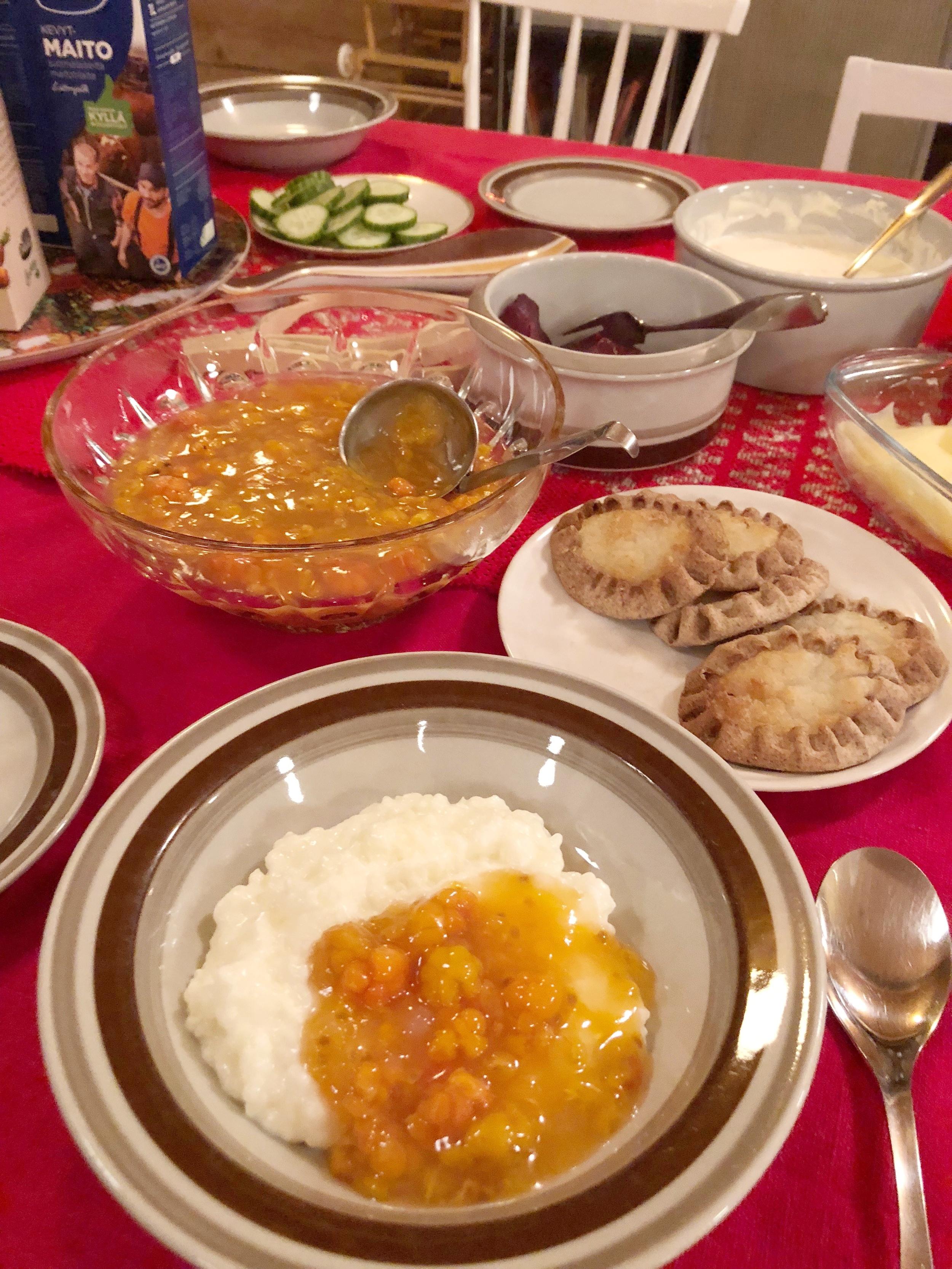 关于传统芬兰米粥,Paula 让我先尝放入 Cloudberry 果酱的吃法。