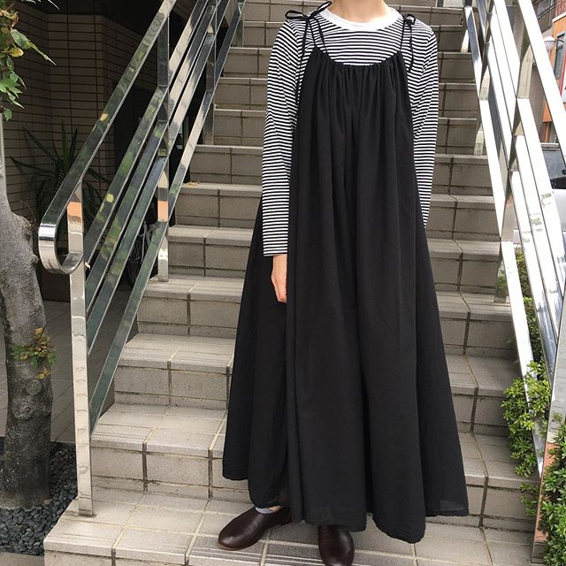 カディコットン(インドの紡ぎ・手織りで作られた生地)を使用したキャミソールワンピース。  胸元にたっぷり入ったギャザー、Aラインのふんわりとしたシルエットが印象的です。  肩ひもで長さやギャザーの寄せ具合いを調節できます。  Tシャツやブラウス、タートルなどに合わせても素敵です😊  ワンピース(galerie tissu)¥19,980  ボーダーTシャツ(natural laundry)  #n1netwo #ninetwo #岐阜 #岐阜市 #玉宮町 #セレクトショップ #universaltissu #universalseven #galerietissu #naturallaundry #grin #ワンピース #キャミソールワンピース #ギャザー #aライン #ボーダー #今日のコーディネート