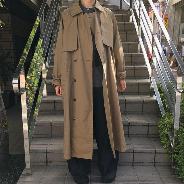 tissuの人気のトレンチコートです。  身幅にゆとりがあり、サイドには深めのスリット、シルエットはAライン、 ルーズに着用していただけるトレンチコートです。  そのためインナーにはざっくりしたニットやワンピースを着用していただいてもバランスが取りやすくなっております。 袖をまくっても素敵です。  軽さのある1枚仕立てですが、寒い冬にはインナーダウンを着用すればあったか😊 長い季節楽しんでいただけます。  大きめサイズのサイズ3はユニセックスなので男性の方でも◎  また、撥水&花粉ガード加工なので、雨の日や花粉の気になる季節もお出かけが楽しくなりそうです!! トレンチコート(TISSU)  中に着たブラウス(malle  chambre de charme)  パンツ(universal tissu)  #n1netwo #ninetwo #岐阜 #岐阜市 #玉宮町 #セレクトショップ #tissu #universaltissu #chambredecharme #mallechambredecharme #ユニヴァーサルティシュ #ティシュ #シャンブルドゥシャーム #マル #トレンチコート #オーバーサイズ #コート #撥水 #花粉ガード