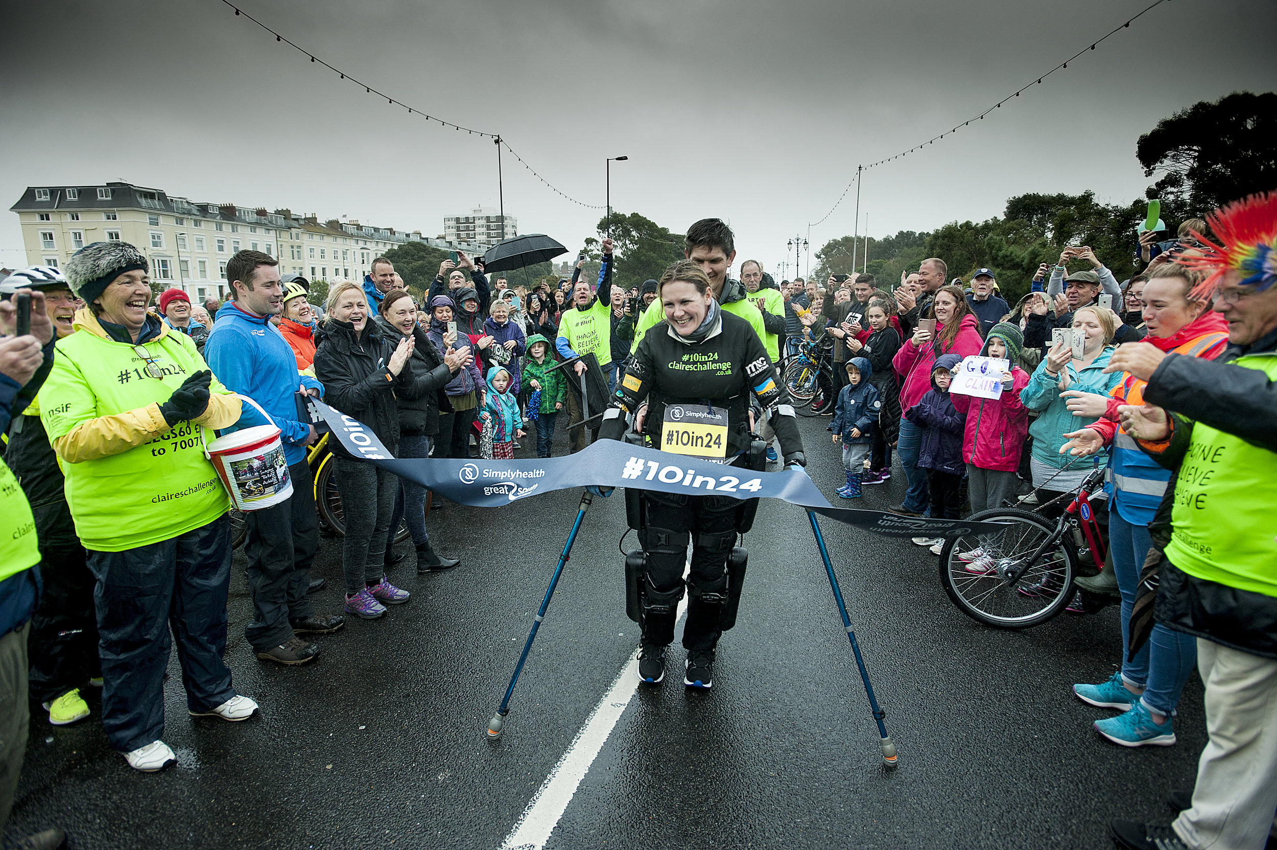 Paralysed fundraiser Claire Lomas MBE completes Great South Run