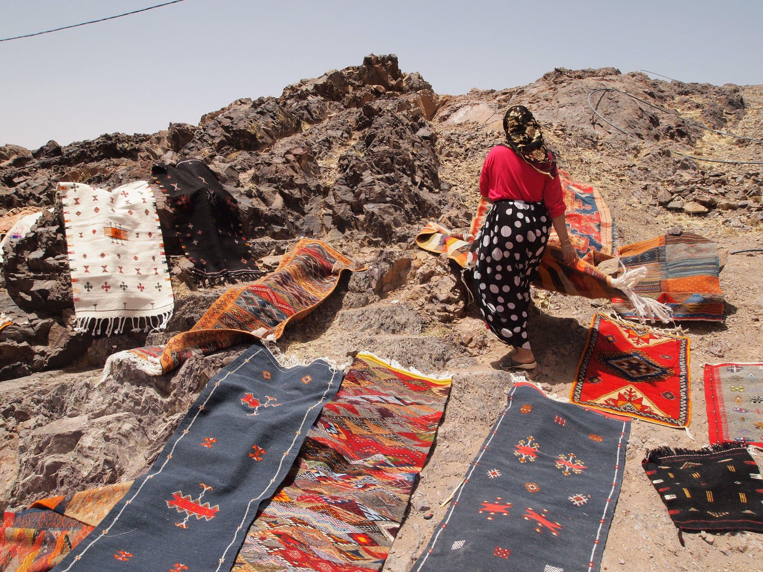 Mujeres en un mercado improvisado de alfombras en un pueblo remoto