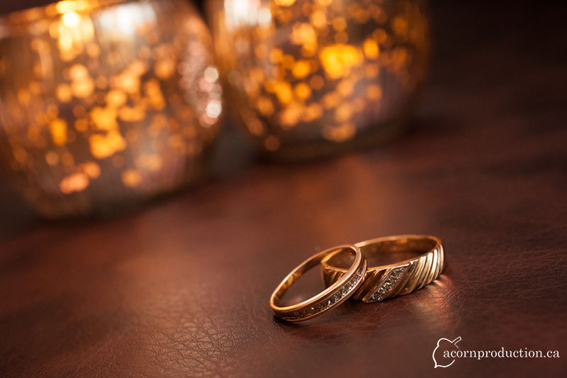10-wedding-bands-leather-sofa-warm-candle-light