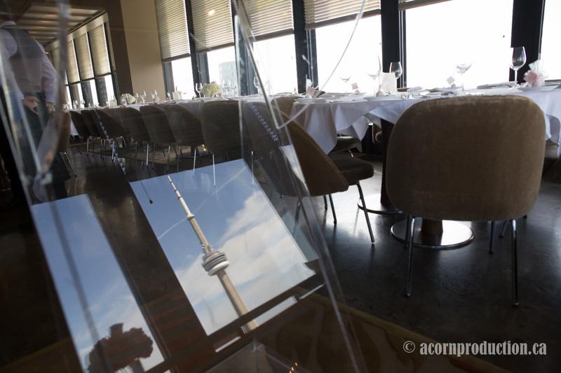 02-canoe-restaurant-toronto-wedding-cn-tower-reflection
