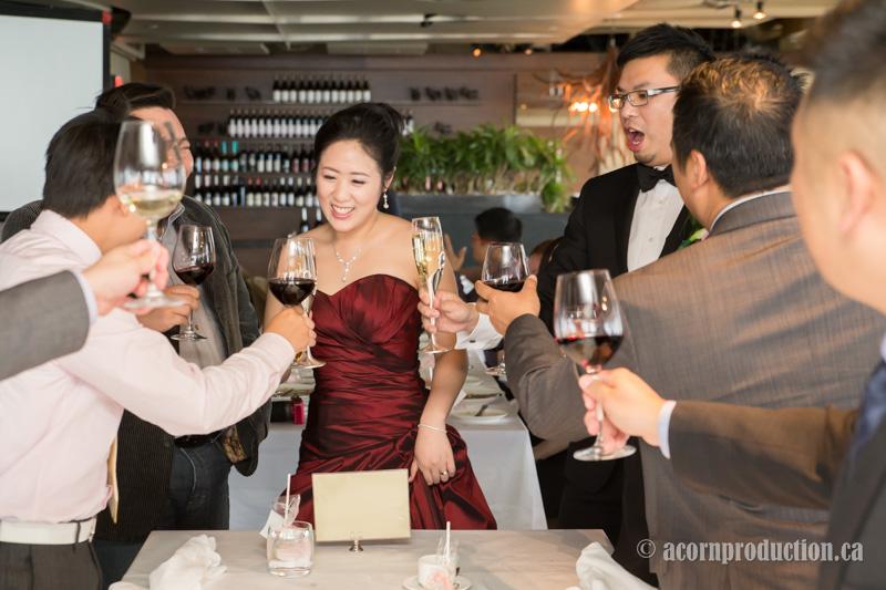 15-canoe-restaurant-toronto-wedding-table-toasting