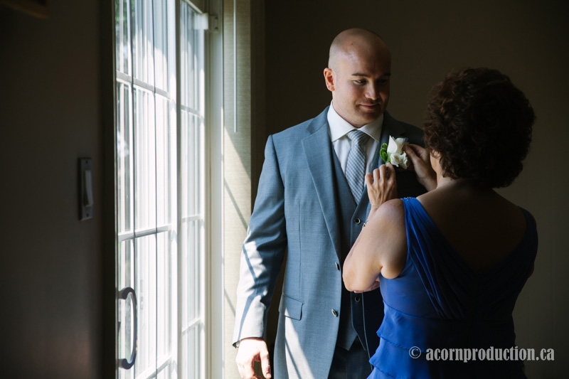 03-groom-mother-putting-flower-on