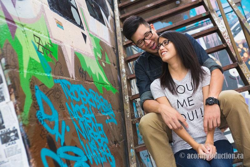 06-Toronto-Graffiti-couple-stairs