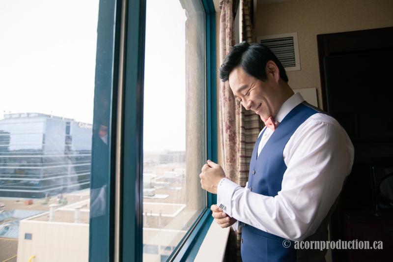 01-groom-getting-ready-hotel-window