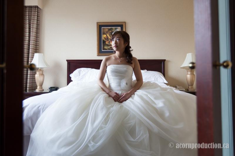 04-bride-long-dress-sitting-hotel-bed