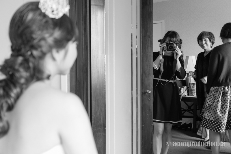 05-wedding-guest-taking-picture-bride