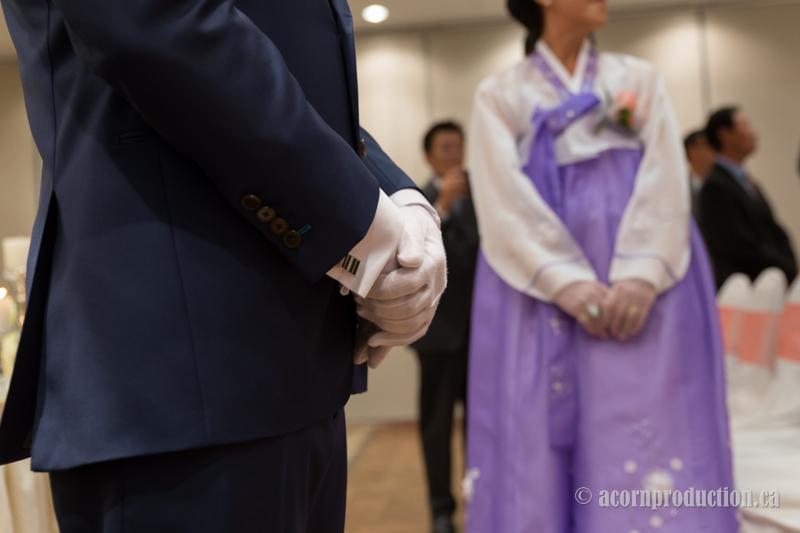 12-groom-wedding-white-gloves