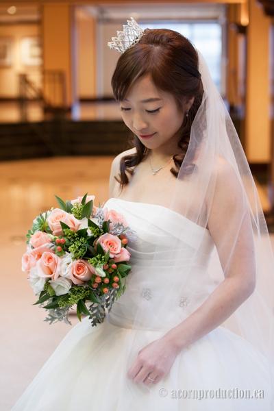 20-bride-looking-flower