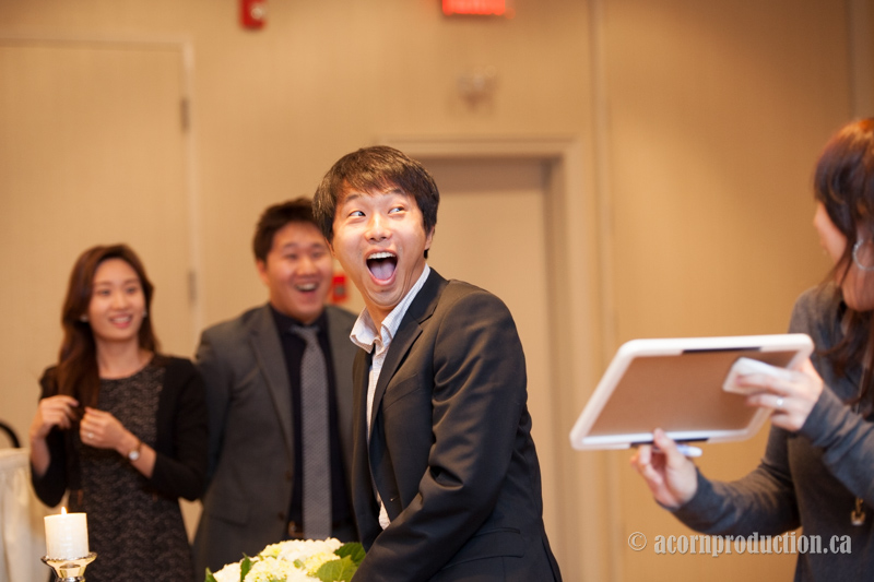 35-wedding-reception-game-guest-reaction