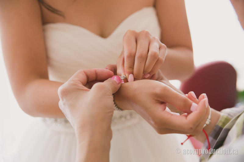 04-bride-putting-jewelry-on