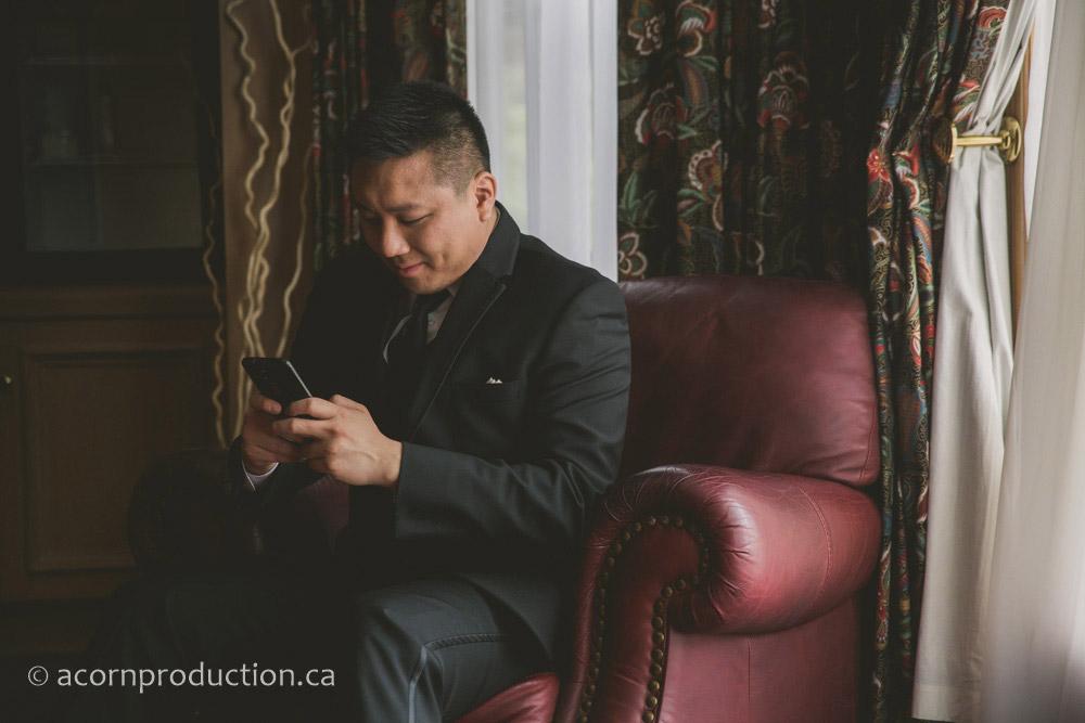 05-groom-texting-bride
