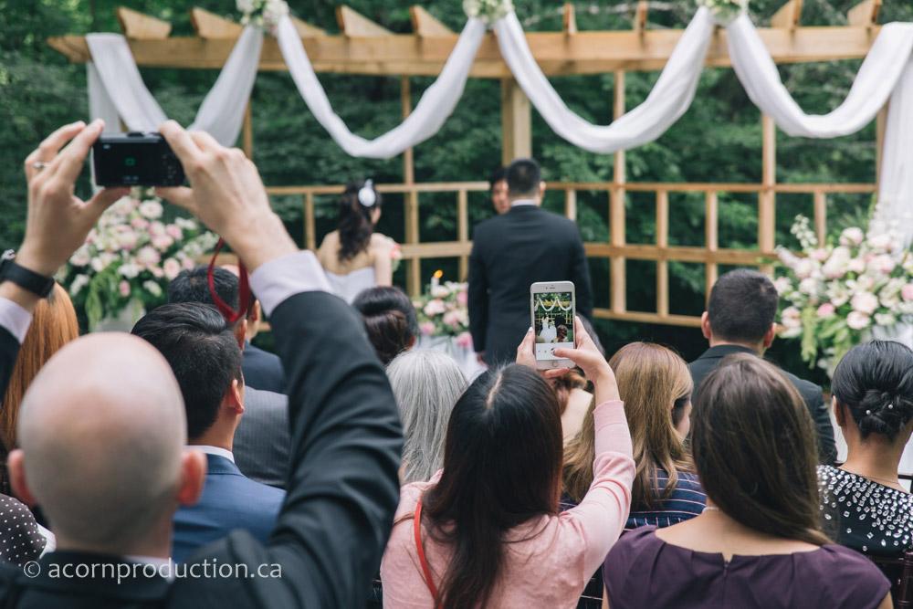23-outdoor-wedding-guest-taking-photos