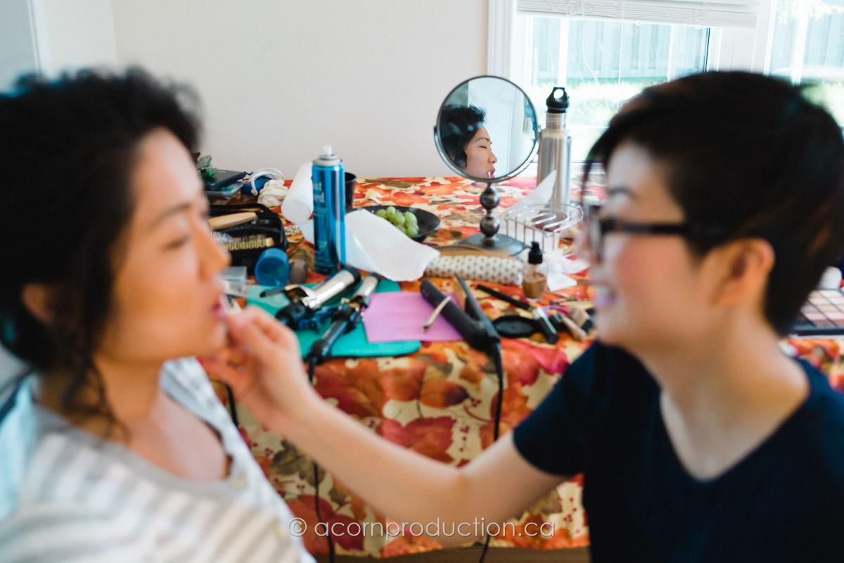 bride-getting-ready-mirror-reflection