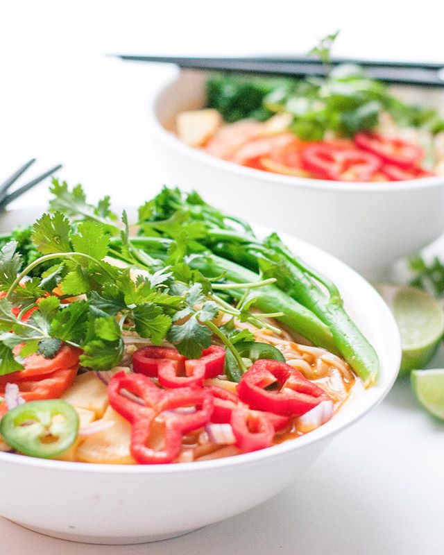 Who here could eat soup everyday??? Last chance to get your hand on this Red Thai Curry Soup!! This soup is packed with so much flavour. The soup base is made in house with only cold pressed juices blended with fresh veggies and spices. Pure nutrition served in a comforting way. Get your orders in before midnight tomorrow!!! 🍲🍠🌶🥦 #soup #yycfoodies #healthyrecipes