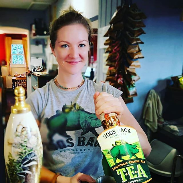 The Landlady likes to be coordinated with her beer...and heavily filtered in pictures! #realale #realfashion #editedphotos @hogsbackbrewery