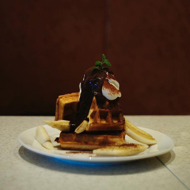 -Waffle Banana with chocolate syrup @cafe.hachi.8  131soco では30坪程度の物件が空いております。店舗を始めたい方などお気軽にお問い合わせください。  #館林 #131soco #カフェ #北関東 #パン #家具 #植物 #tatebayashi #リノベーションカフェ