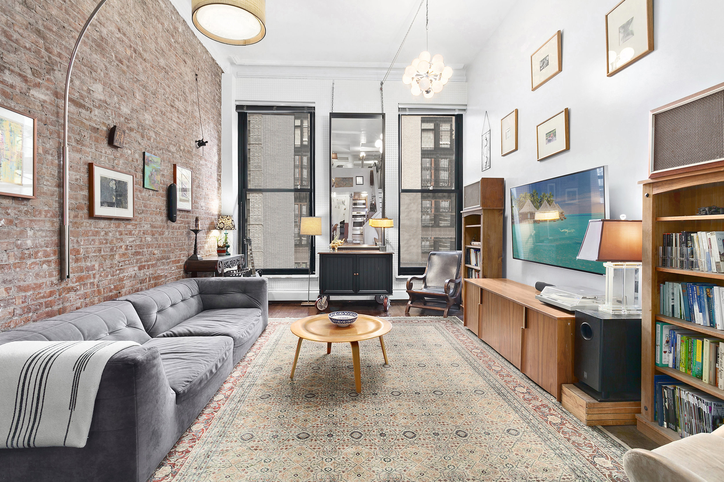 A 1,033 square foot one bedroom loft that checks all the boxes: location, amenities, exposed brick, charm, closet space and fully renovated! First open house will be Sunday, March 24th from 12-130pm.  Read More >