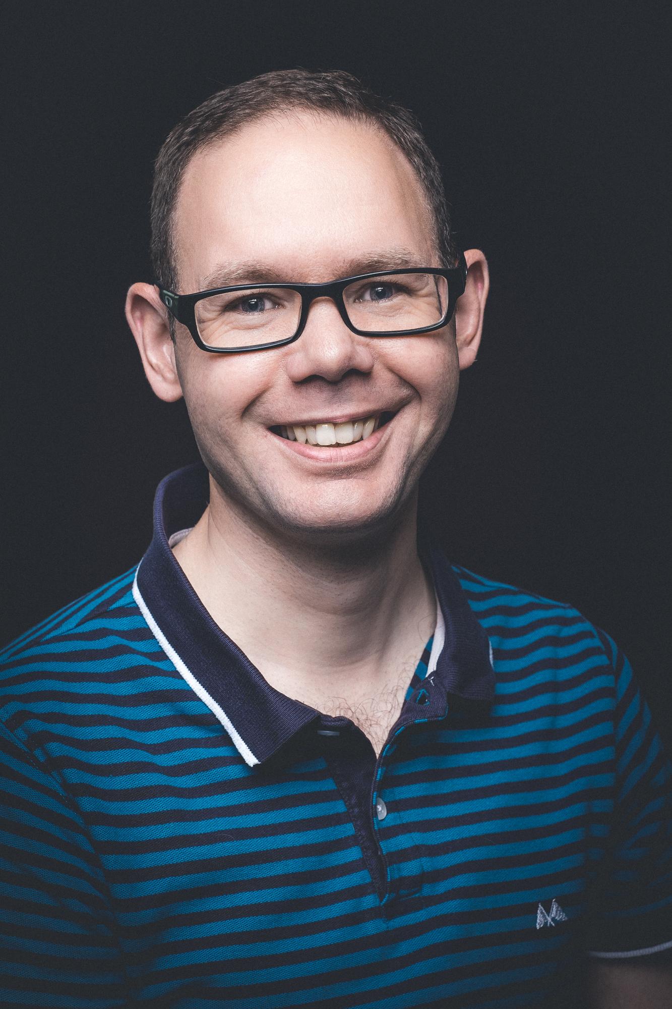Tandlæge Anders Hasselbalch   Klinikejer, tilknyttet klinikken siden 2017  Anders er født i 1978 og har været tandlæge siden 2003.  Anders udfører alt almindeligt tandlægearbejde, men har en særlig interesse for behandling af parodontitis og samspillet mellem denne sygdom og det almene helbred. Anders er bl.a. medlem af Dansk Selskab for Parodontologi og har i sine efteruddannelsesaktiviteter især haft fokus på at opnå en specialiseret viden indenfor parodontitisbehandling igennem kurser hos førende specialister fra ind- og udland.