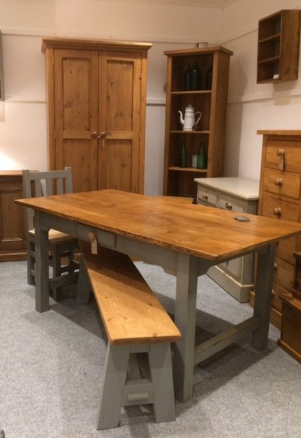 Pine & Dine - Selection of restored English pine furniture including pews, pine blanket boxes. Also offers bespoke furniture making service.