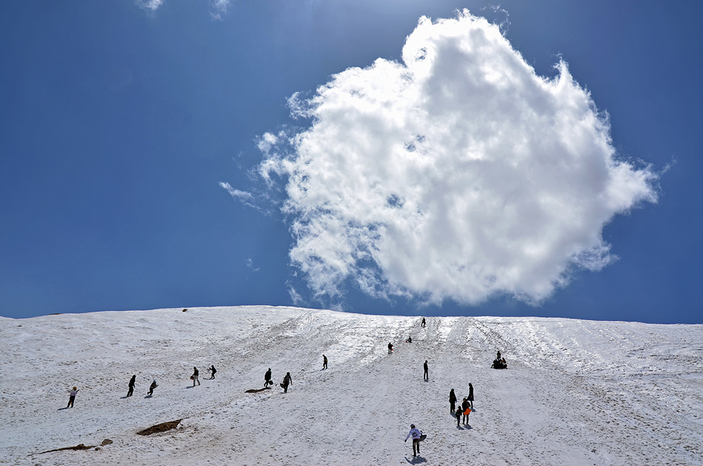 Snow sliding in Zagros mountains - Photo by: Mohsen Anvaari