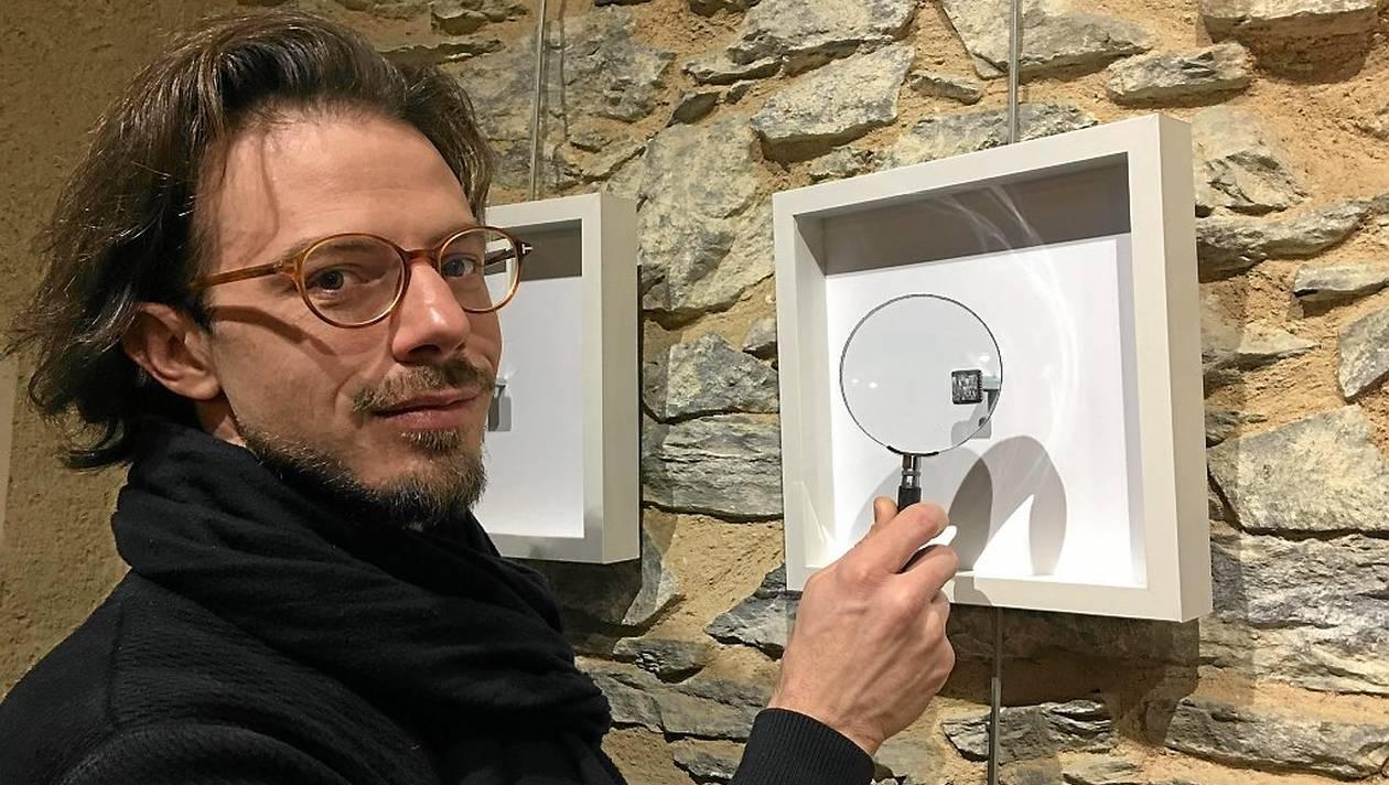 Yuri Zupancic est très myope et, sans ses lunettes, voit précisément de près. Il n'a pas besoin de loupe pour peindre ses tableaux miniatures mais il en propose aux visiteurs de son exposition. |