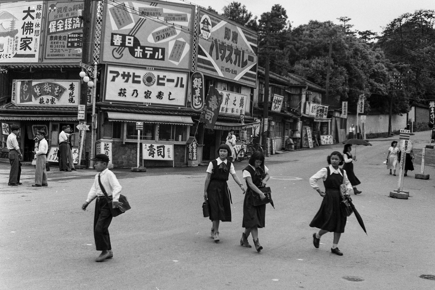 285- School Children (Sendai? / Location?)
