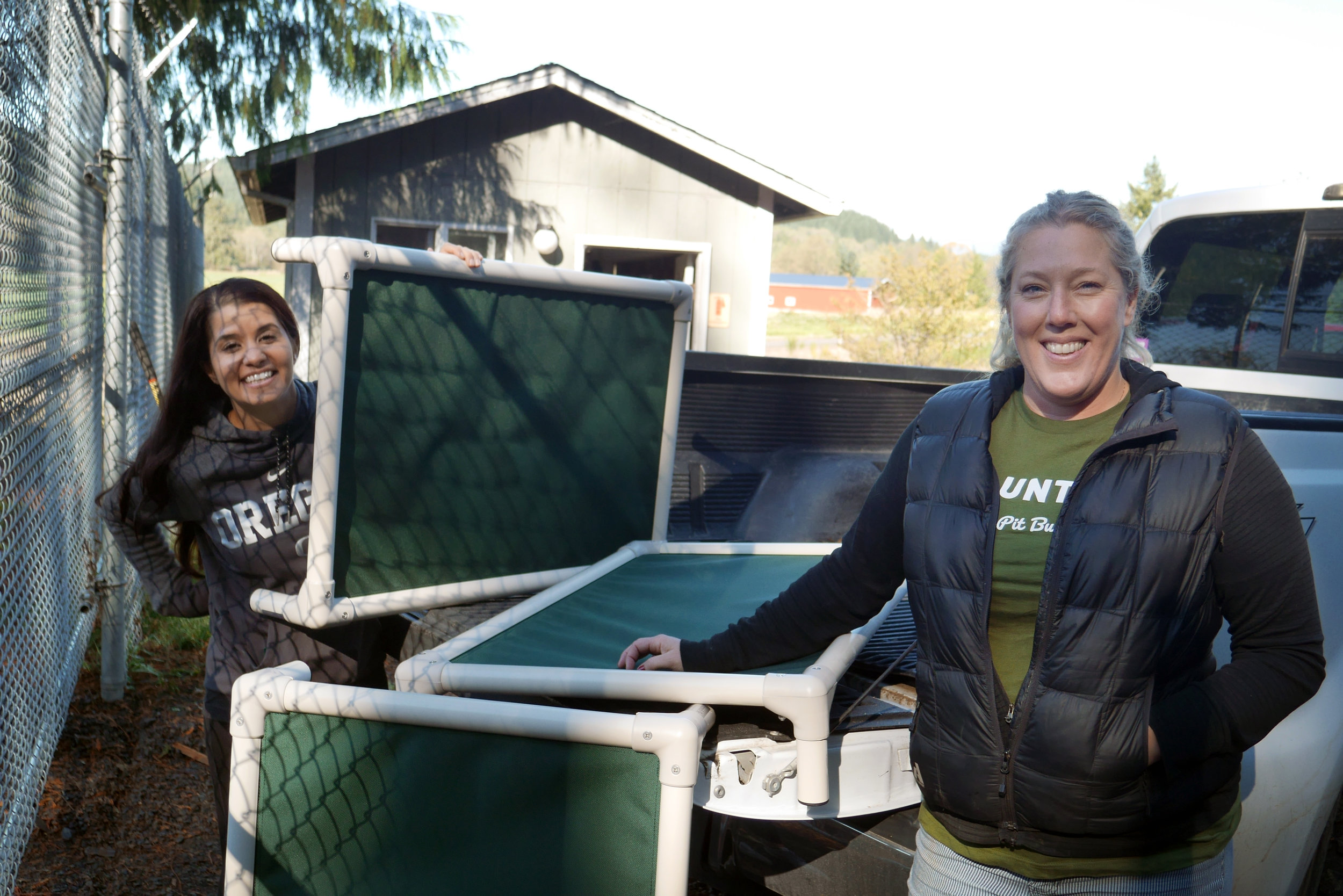 BAPBR volunteers deliver new Kuranda beds to the dogs at Tillamook Animal Shelter.