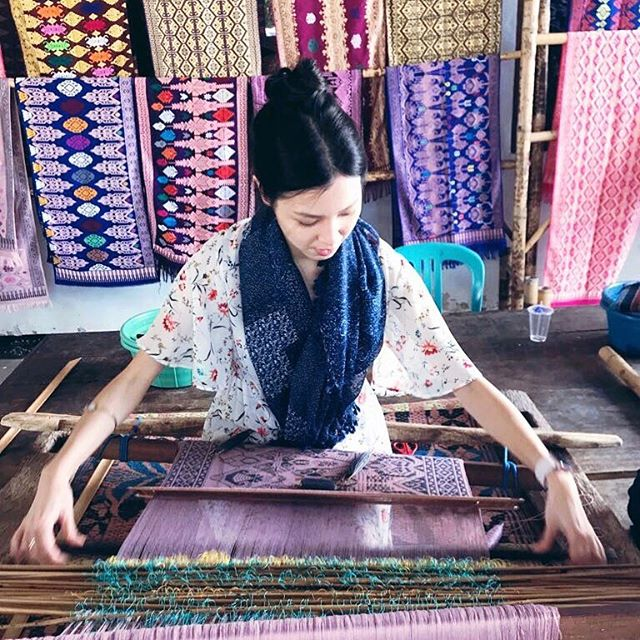 My #newjob | making #colourfull scarves on #weavingloom ft. alienhands