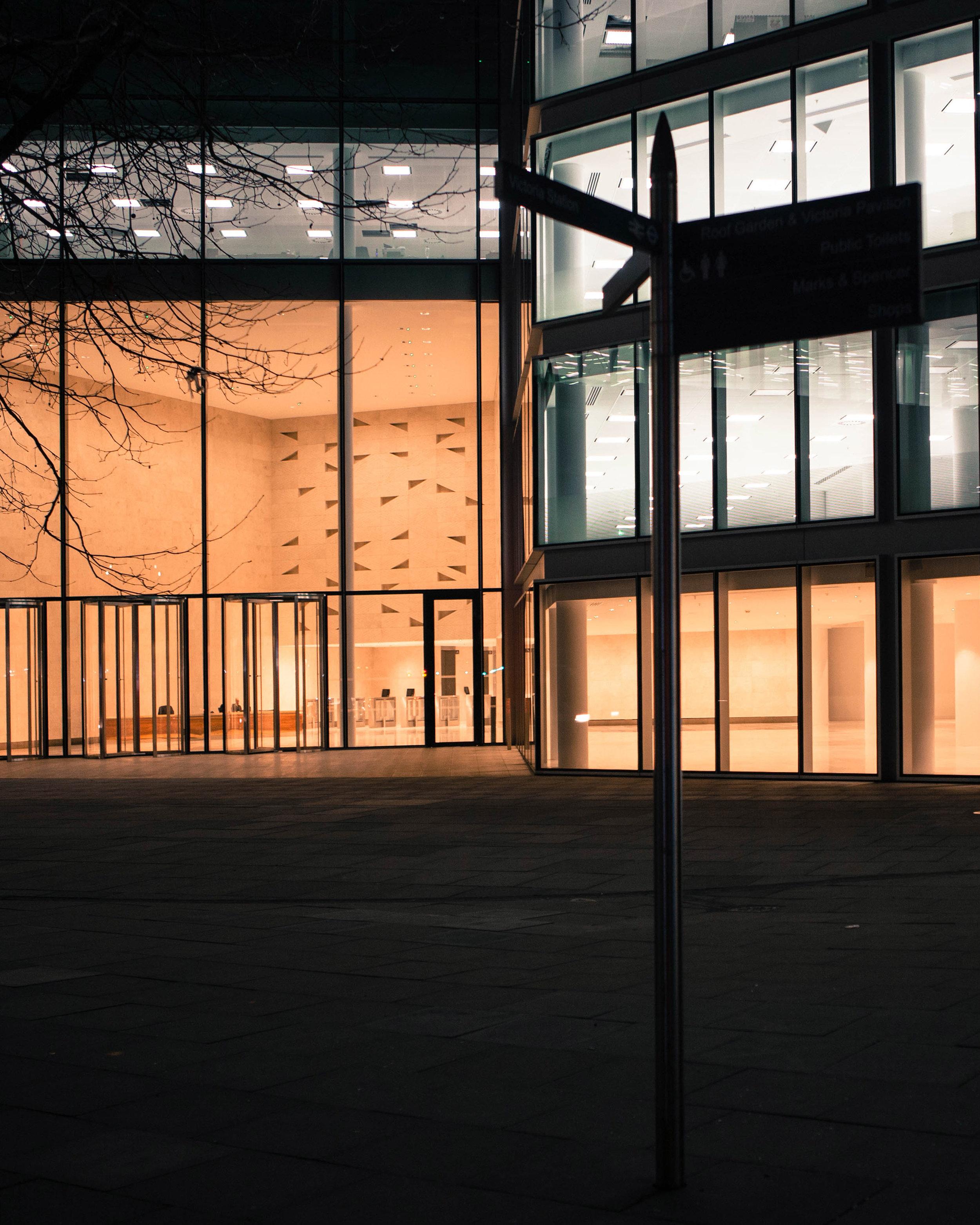 Street-near-the-palace-at-night.jpg