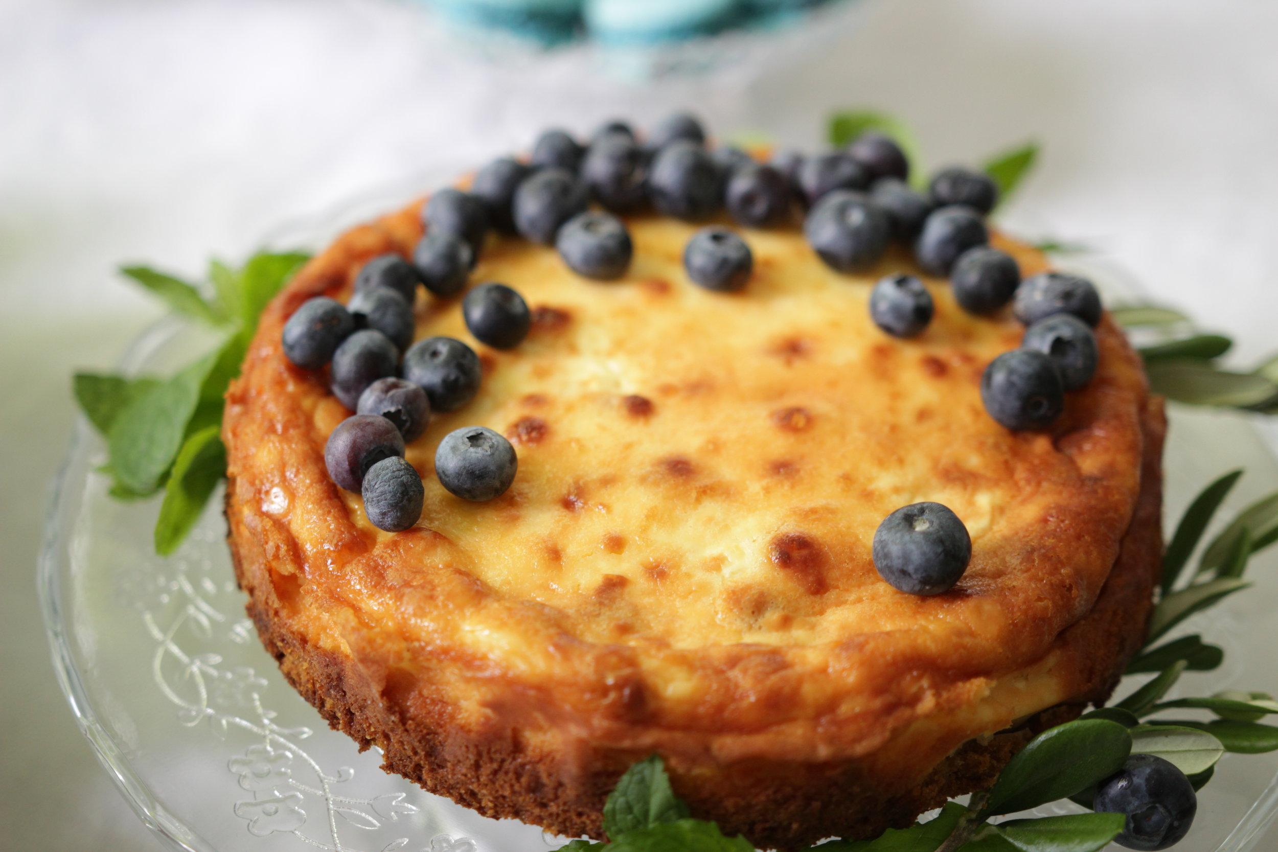 Kotikokin amerikkalainen juustokakku luonnonkukilla ja pensasmustikoilla.Kuva Kristiina Huovinen
