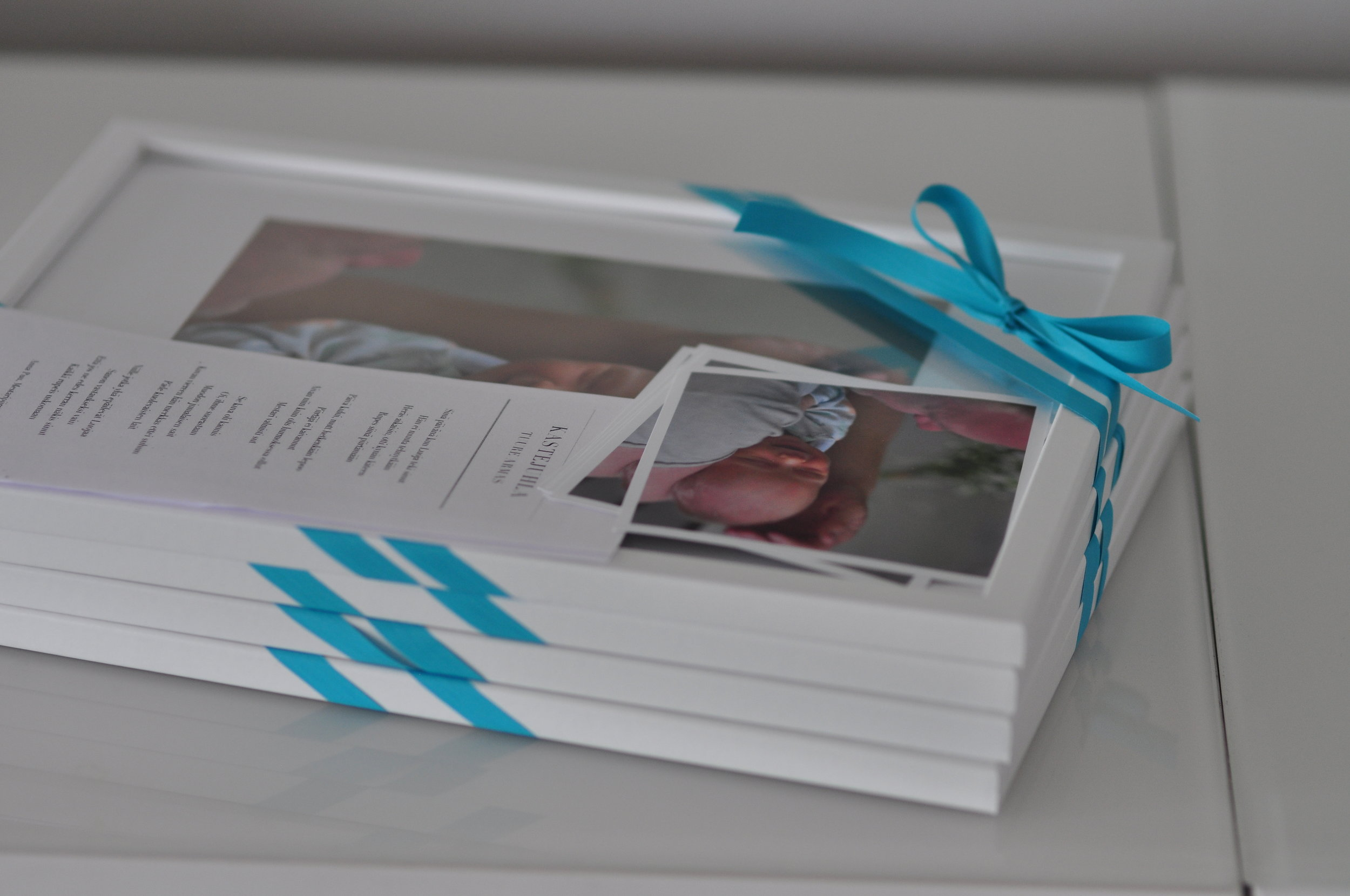 Isovanhemmat ja kummit saivat lahjaksi kehystetyt valokuvat päivänsankarista. Myös muille vieraille oli pienet kiitoskortit samasta kuvasta.