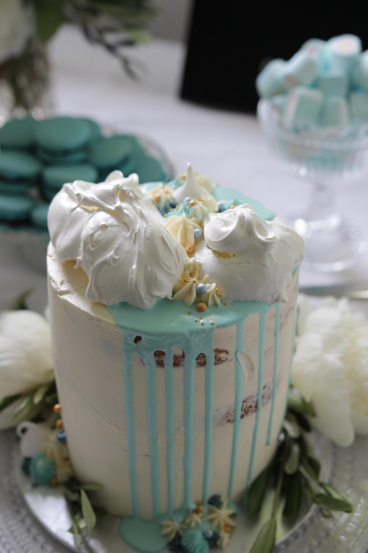 Kakku oli sekä gluteeniton, että vähälaktoosinen myös lapsille sopiva vadelma-kuohuviini täytekakku. Kuva Kristiina Huovinen