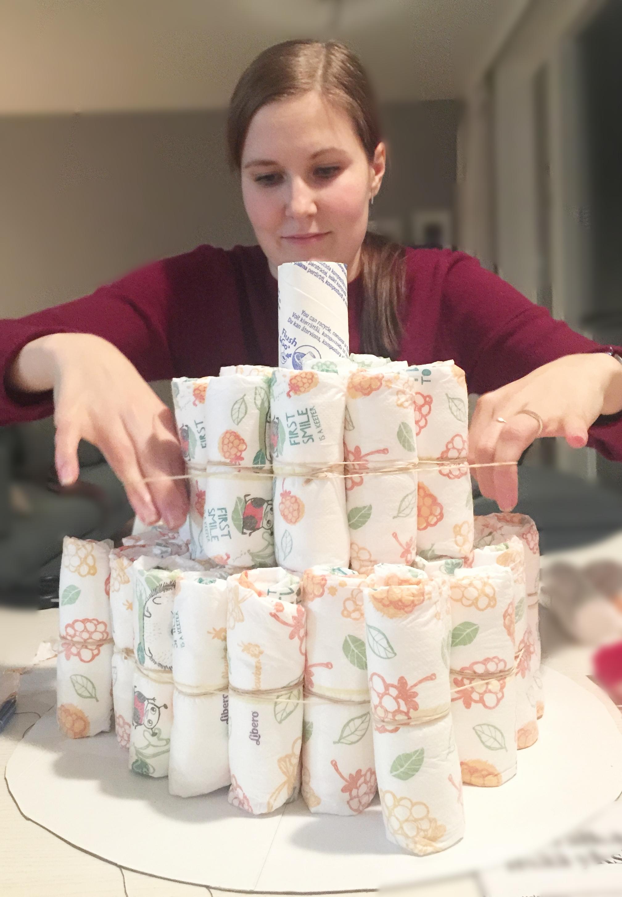 Venytä kuminauha vaippojen ympärille, jotta kakku pysyy kasassa.